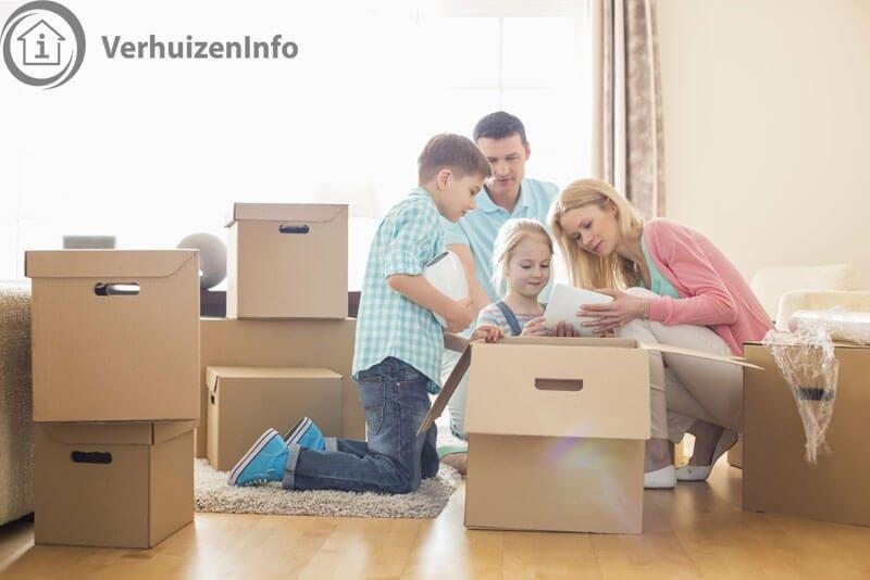 Het verhuizen wordt met het hele gezin gedaan.