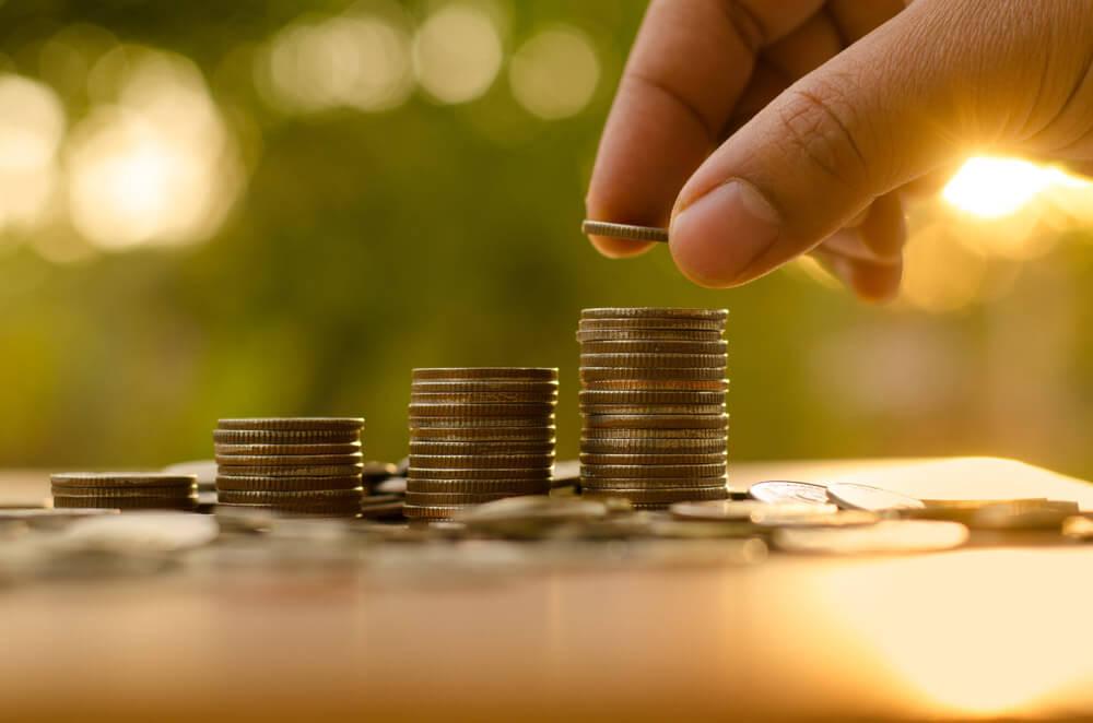 Een stapel geld die symbool staan voor het tarief van een verhuisbedrijf