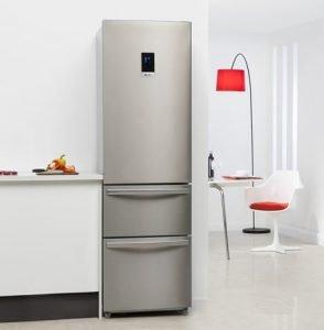 een koelkast in de keuken
